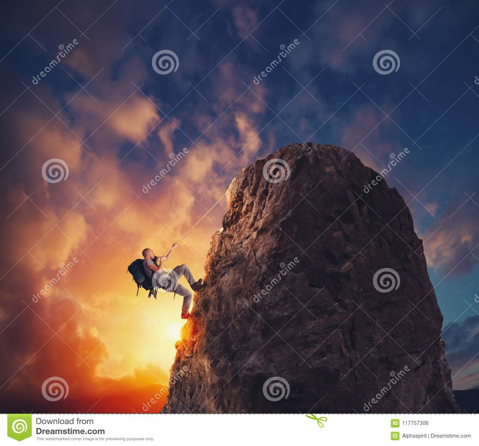 商人攀登得到旗子的山 成就企业目标和困难的事业概念