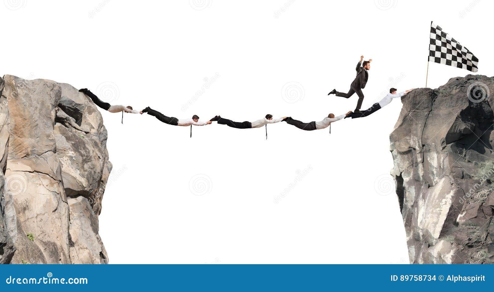 商人有的支持桥梁旗子 成就企业目标概念