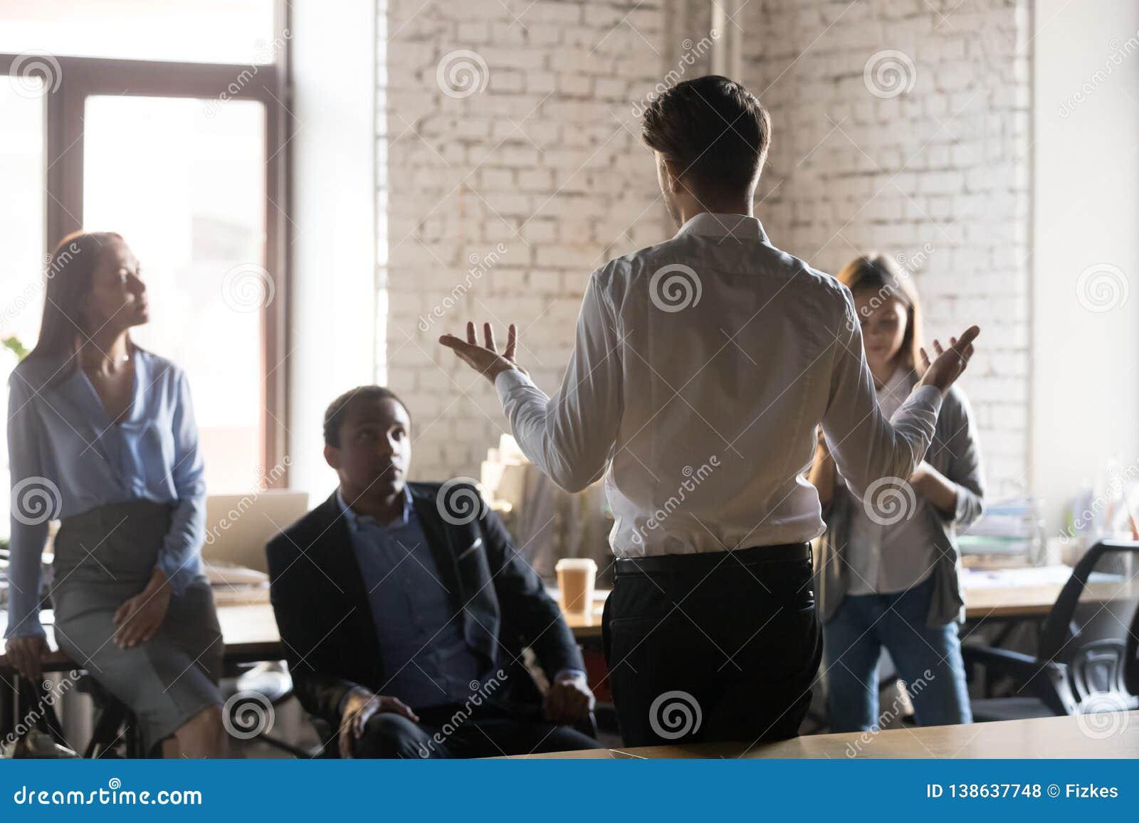 商人立场藏品与雇员的企业简报