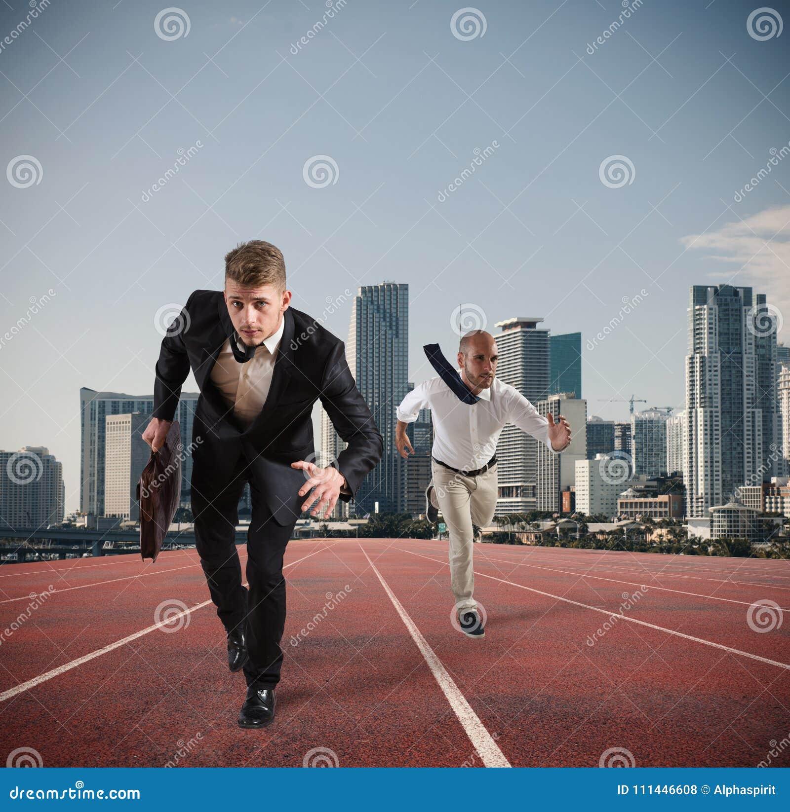 商人行动象赛跑者 竞争和挑战在企业概念