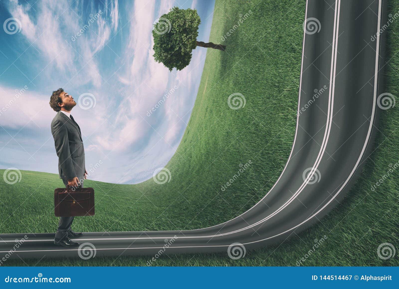 商人观察路艰难在他前面 成就企业目标和困难的事业概念