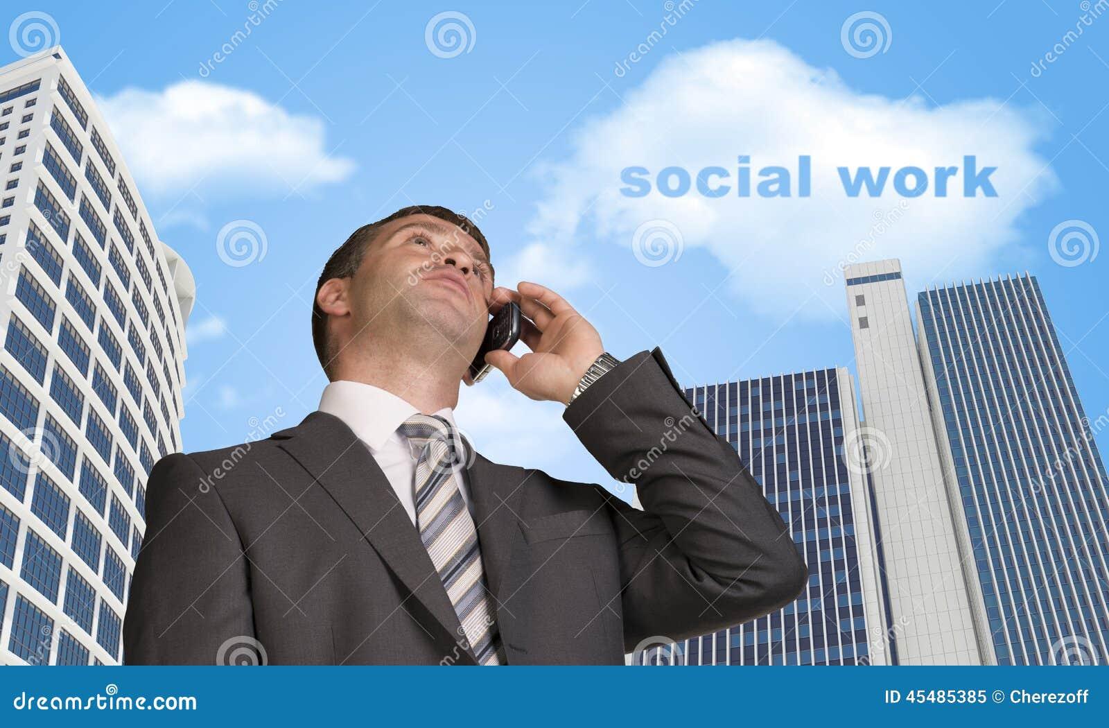 商人谈话在电话 与词的云彩