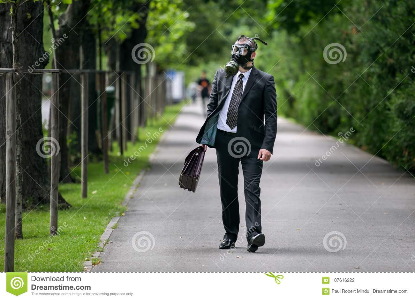 商人走室外与戴着防毒面具的公文包