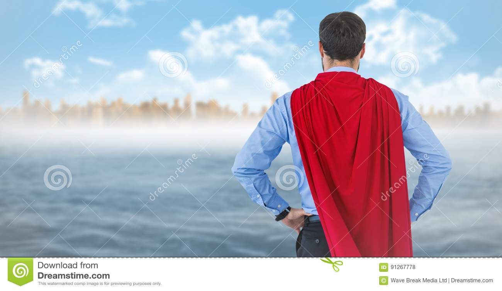 商人超级英雄用在臀部的手反对地平线和水