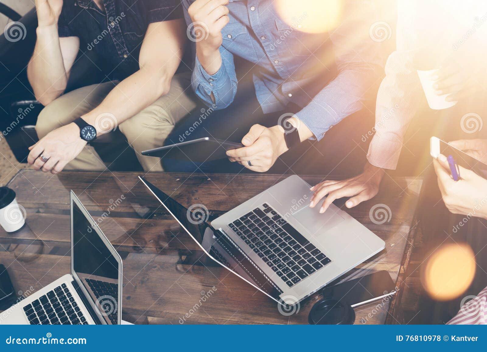 年轻商人队分析财务网上报告现代电子小配件 工友起始的数字式项目