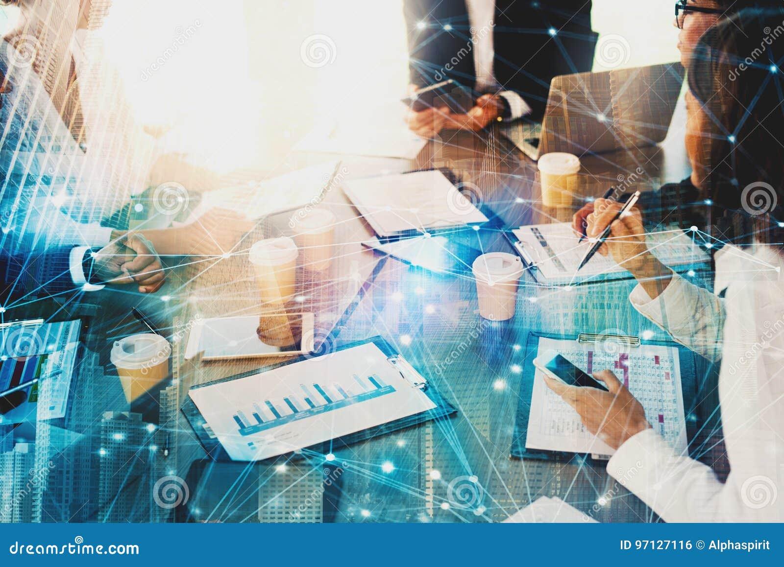商人队在有网络作用的办公室  配合和合作的概念