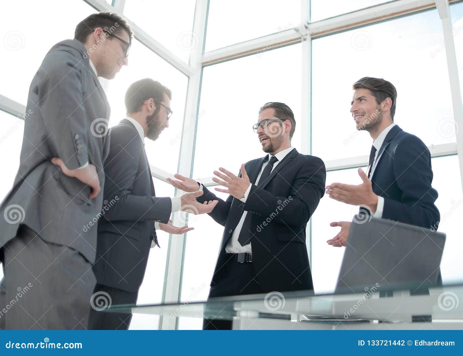 商务伙伴在offi谈论站立新的机会