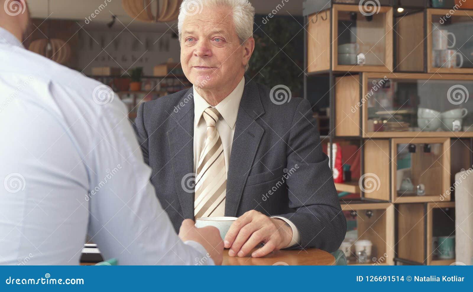 商务伙伴完成他们的会议在咖啡馆