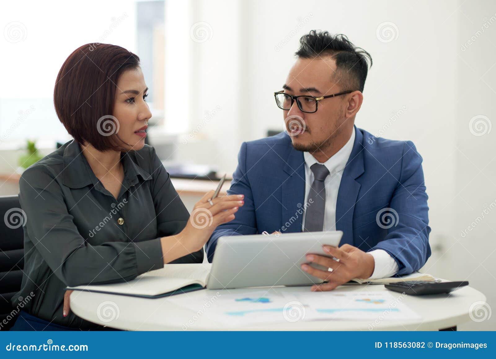 商务伙伴讨论合作细节