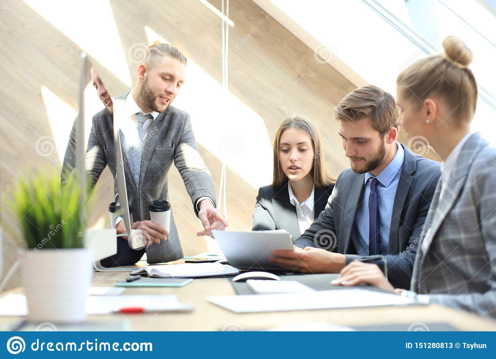 商务伙伴谈论文件和想法在见面