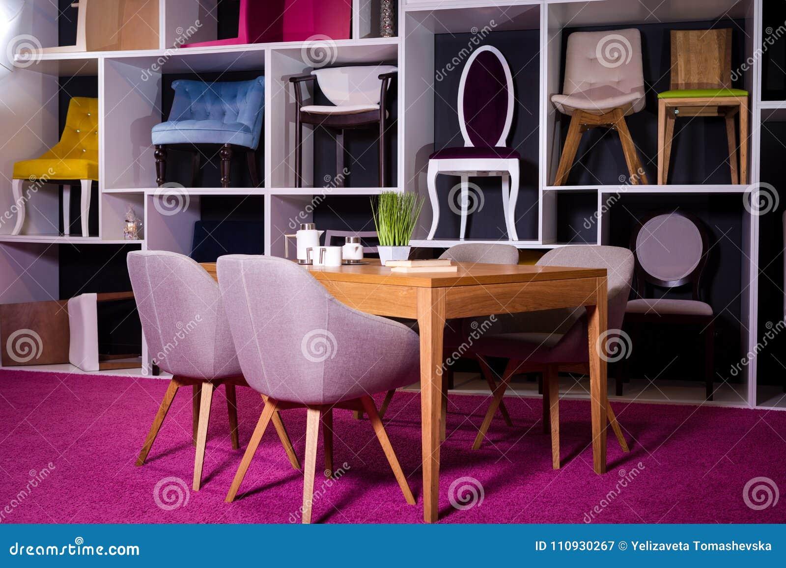 商店,家具销售在购物中心 用餐与纺织品椅子的博览会样品木桌在一个白色架子w的灰色