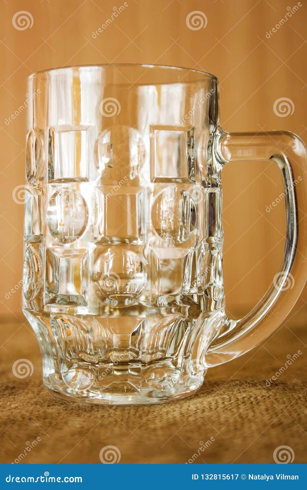 啤酒的空的玻璃玻璃