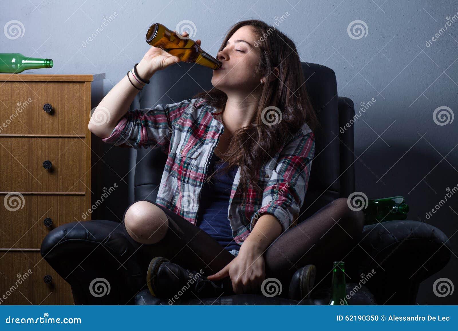 啤酒饮用的妇女