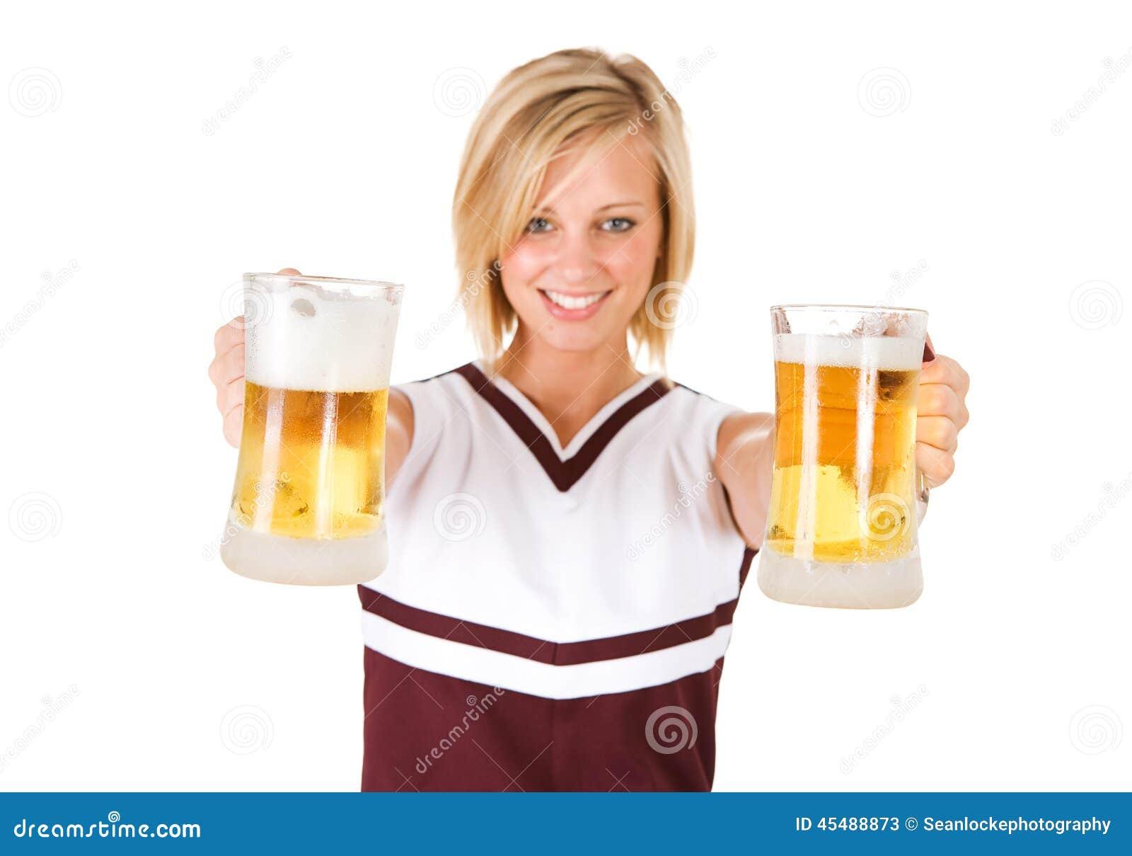 啦啦队员:提供两个玻璃杯子啤酒的妇女