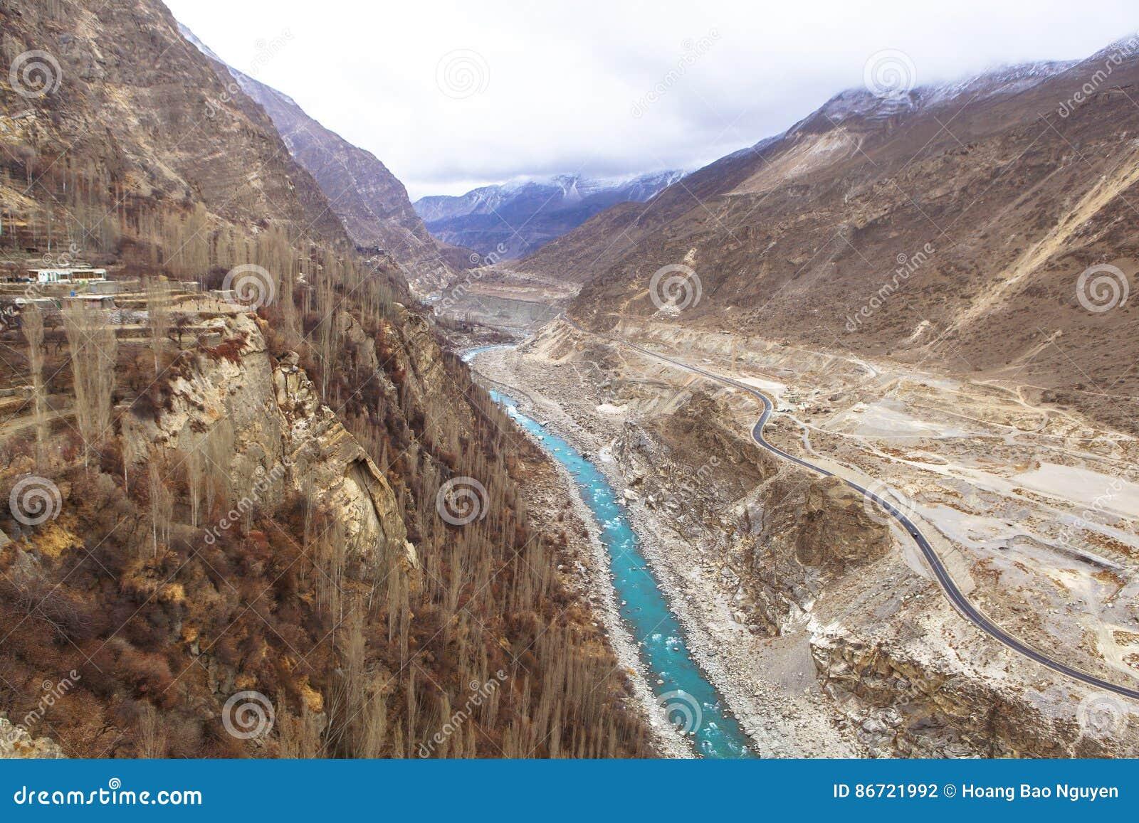 喀喇昆仑山脉高速公路在Kasmir,巴基斯坦