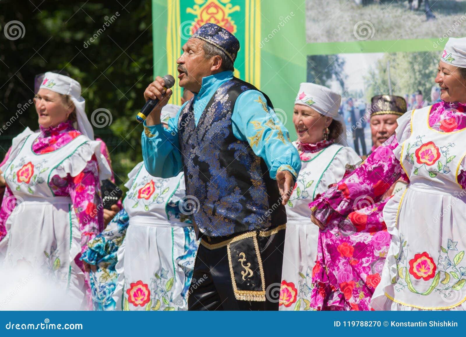 喀山,俄罗斯- 2018年6月23日:传统鞑靼人的节日Sabantuy -民间全国鞑靼人的合奏歌曲和舞蹈