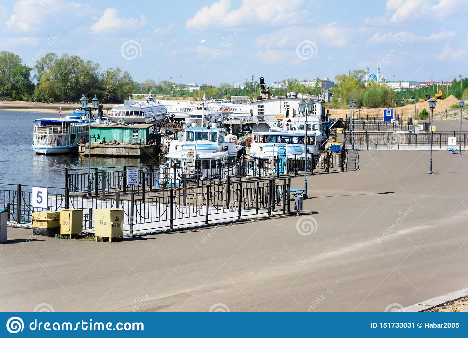 喀山,鞑靼斯坦共和国/俄罗斯- 2019年5月10日:卡昝河口岸 船的储积在同一个码头的 开始运输航海