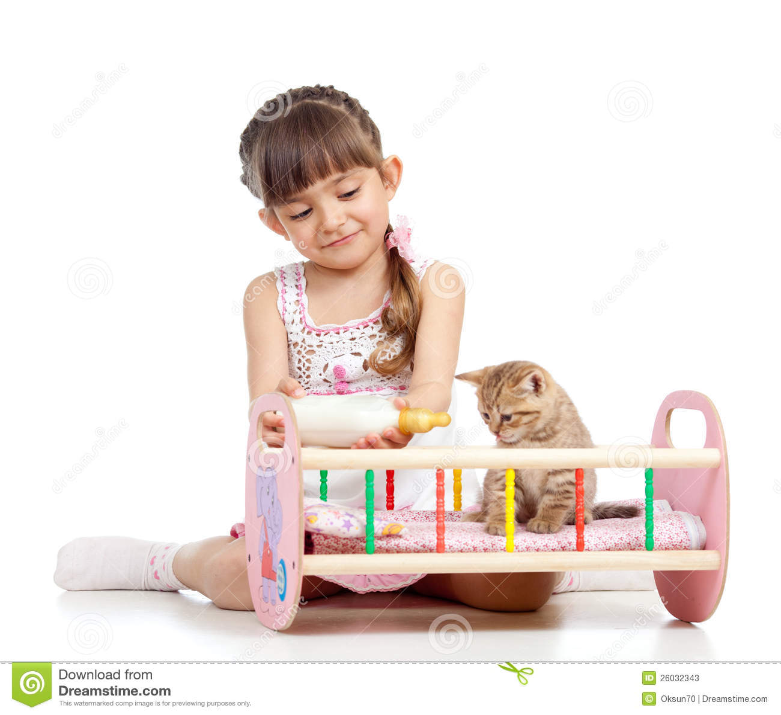 喂养和演奏小猫猫的儿童女孩