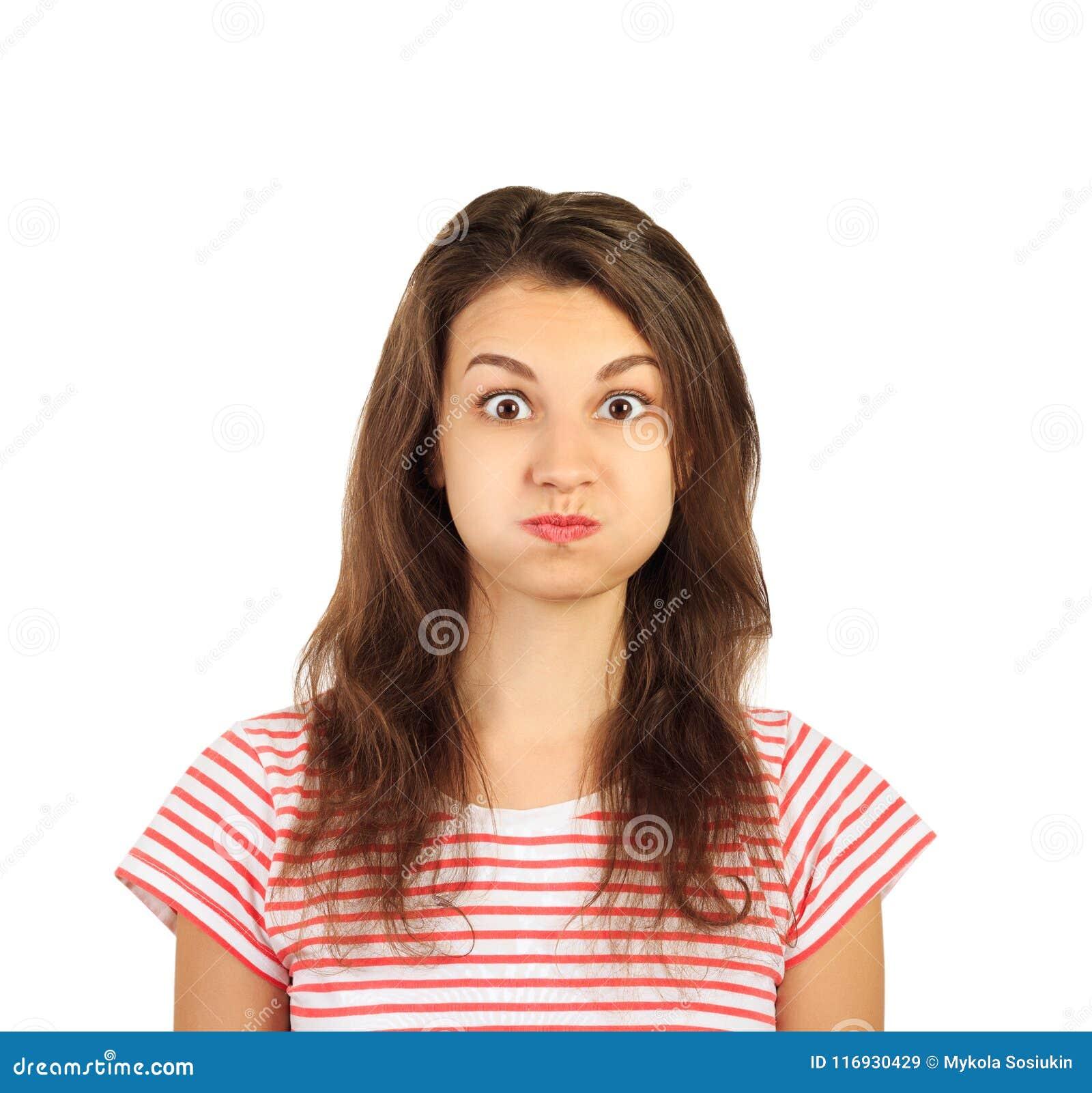 喘气滑稽和疯狂的俏丽的女孩她的面颊 在白色背景隔绝的情感女孩