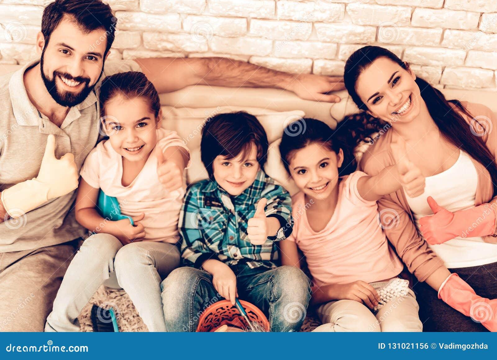 喜悦的家庭画象在清洗家以后