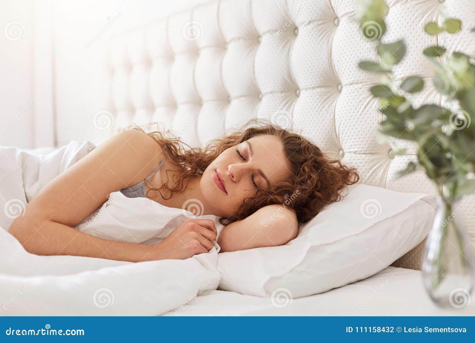 喜悦的少妇坦率的射击在卧室享受好睡眠,