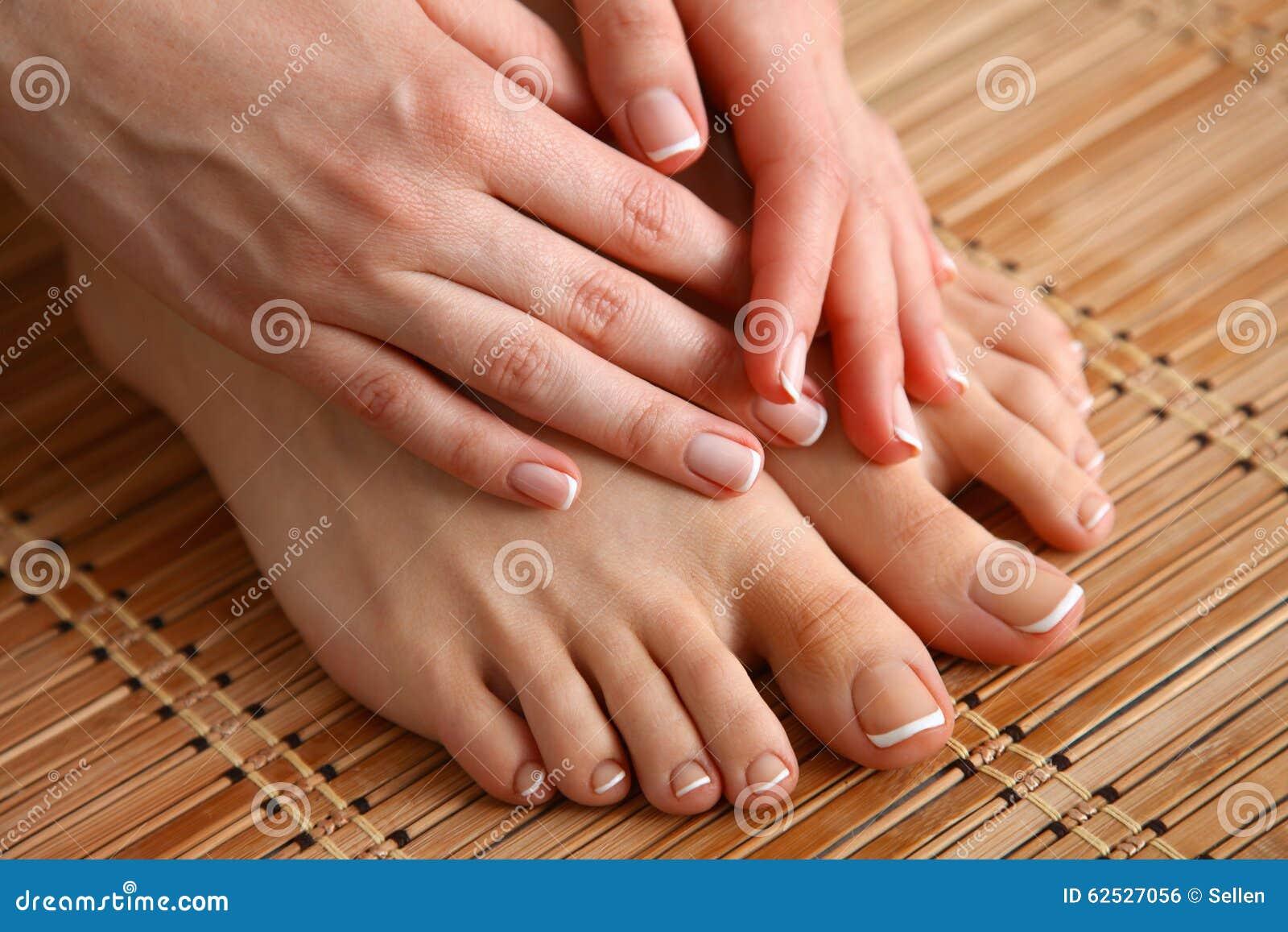 喜欢在地板上的美好的妇女腿