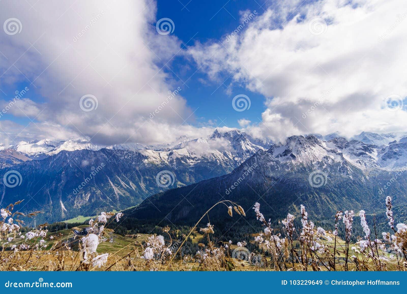 喜马拉雅山冰山鸟瞰图和云彩在早晨在Leh,拉达克,印度点燃