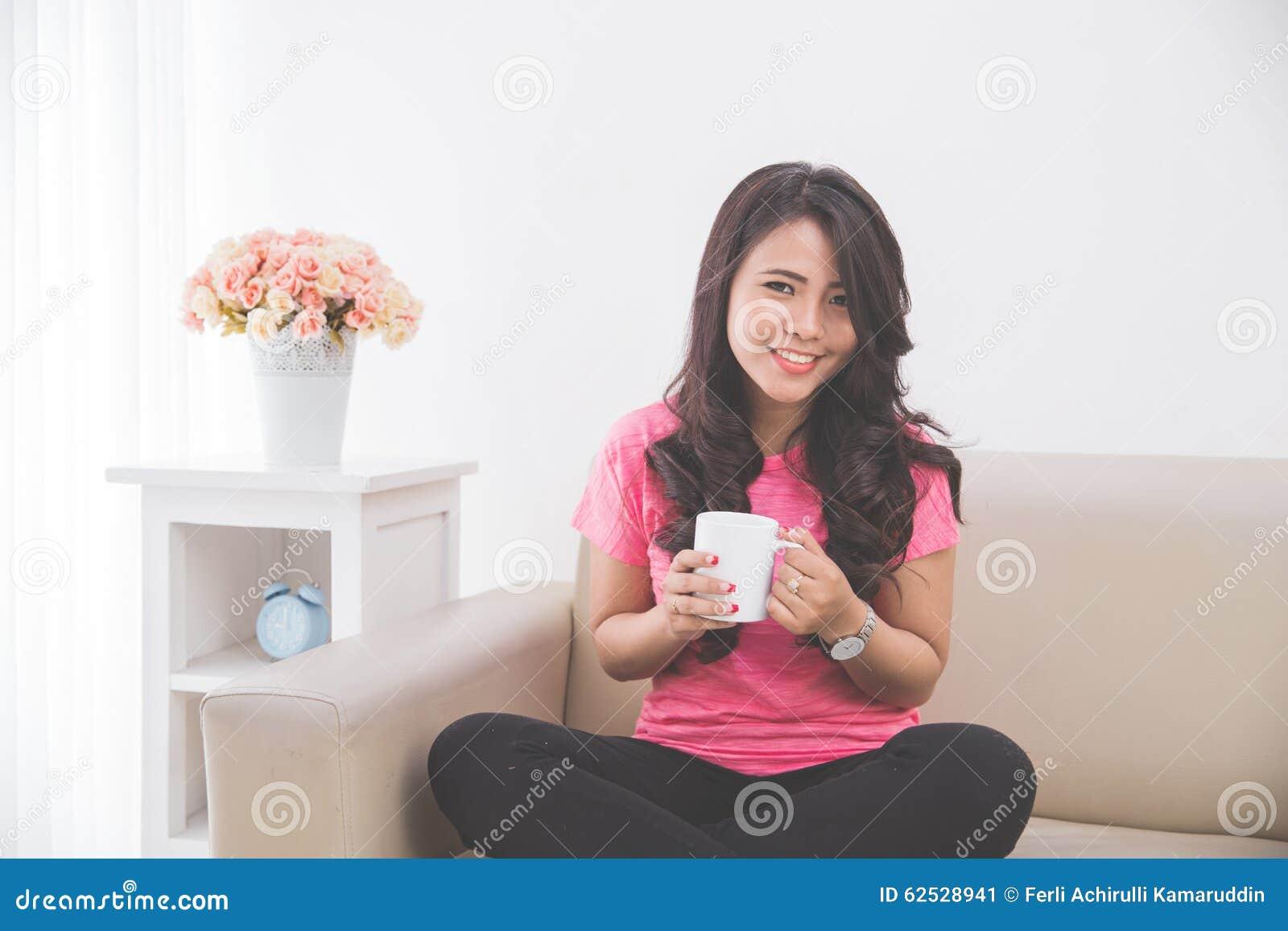 喝一杯茶或咖啡的妇女