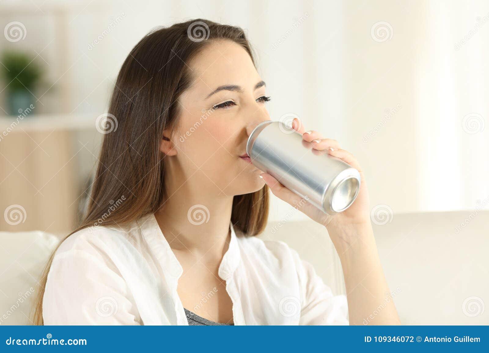 喝从罐头的妇女苏打茶点