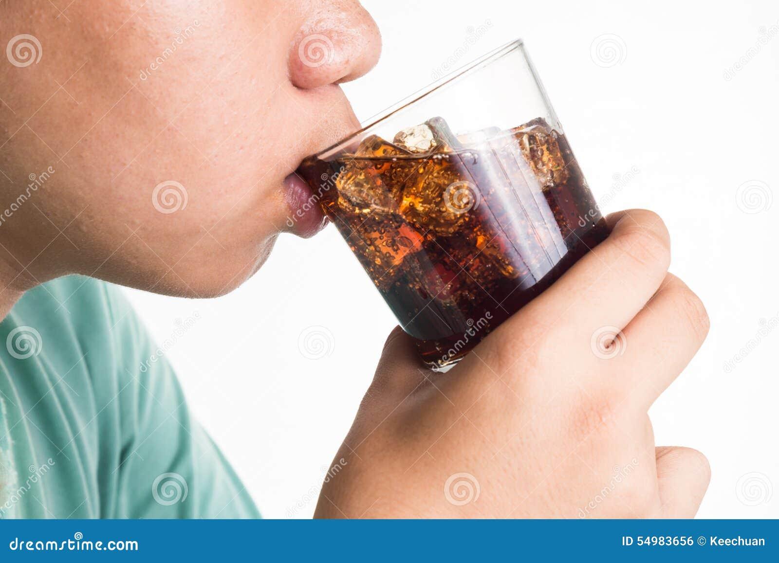 喝刷新的少年冷的泡沫腾涌的可乐饮料玻璃