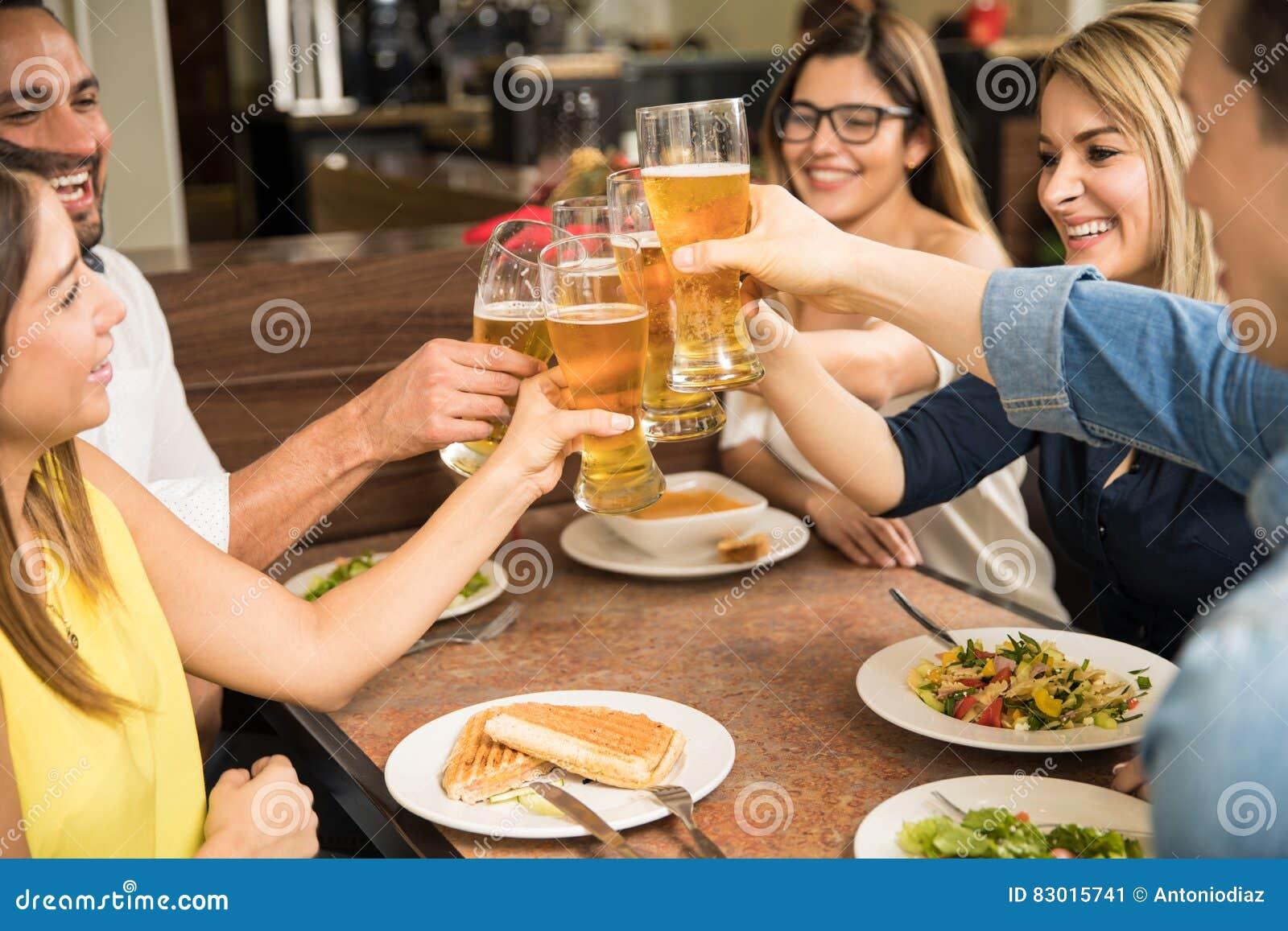 喝啤酒的小组朋友