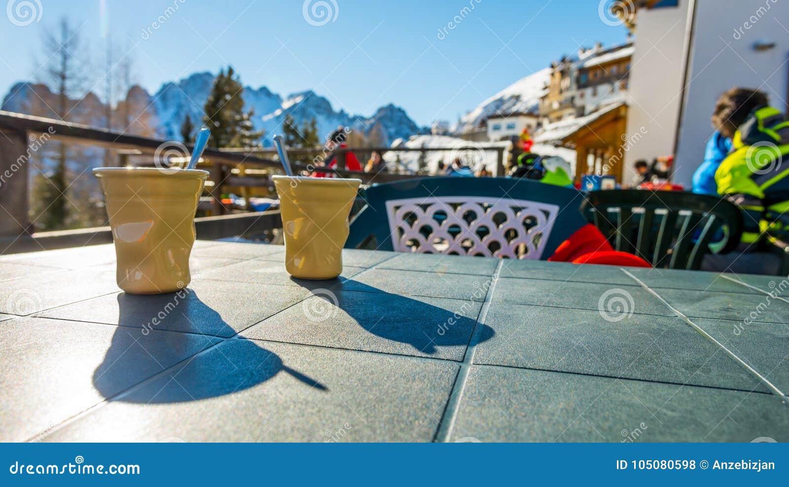 喝在滑雪胜地的温暖和鲜美咖啡