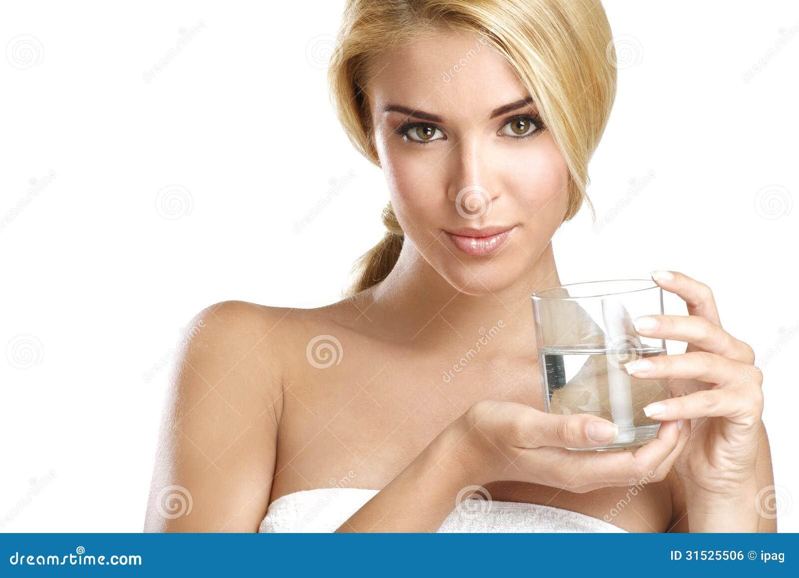 喝在白色的年轻美丽的妇女淡水