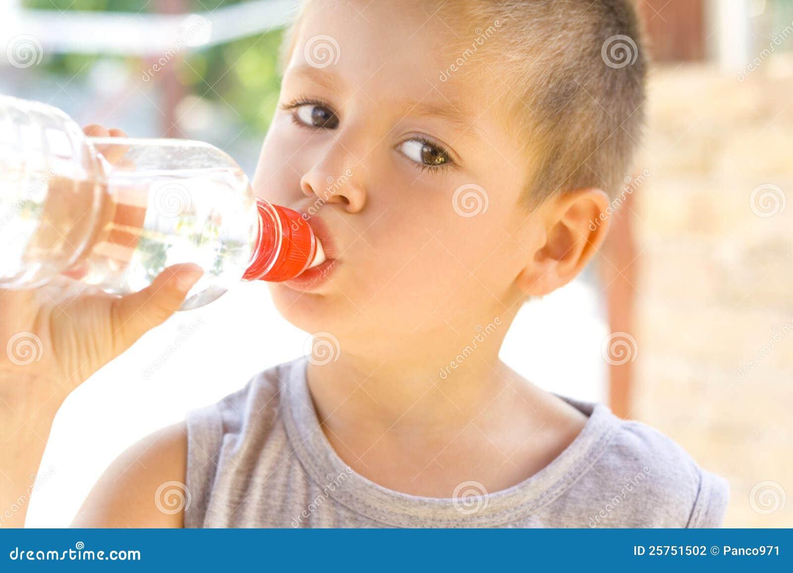 喝少许水的男孩