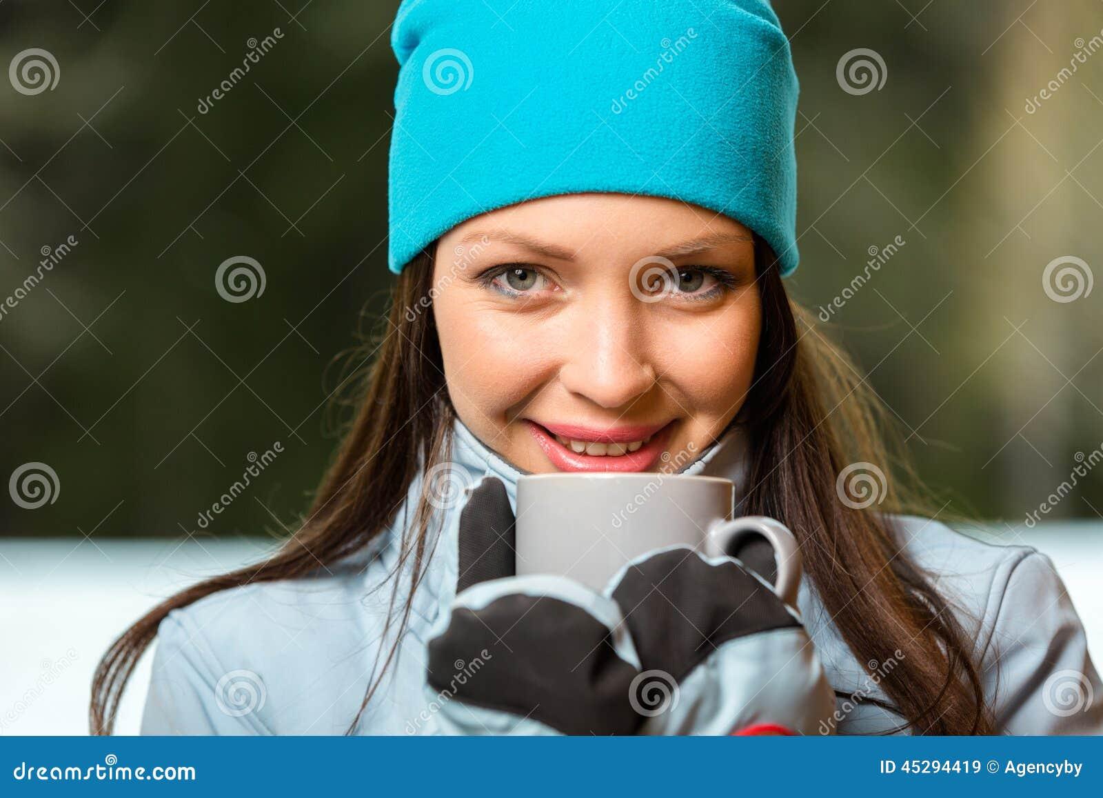 喝热的茶的女性画象