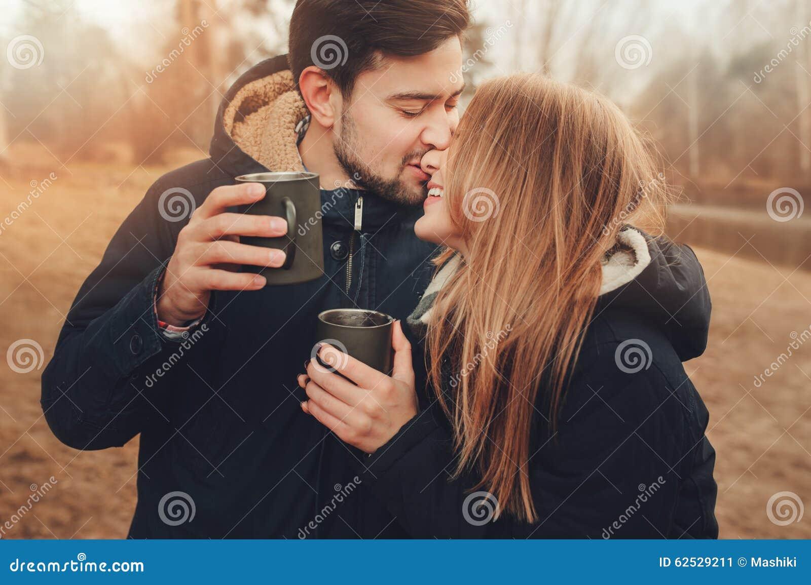 Download 喝热的茶的愉快的夫妇生活方式捕获室外在舒适在森林里温暖步行 库存图片 - 图片 包括有 系列, 获取: 62529211