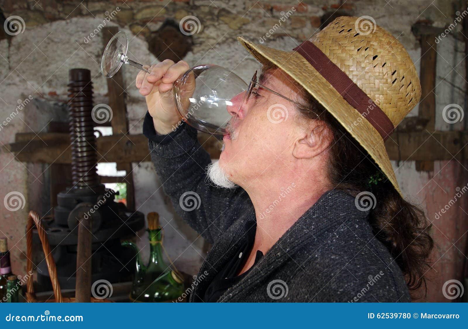 喝红葡萄酒的酿酒商