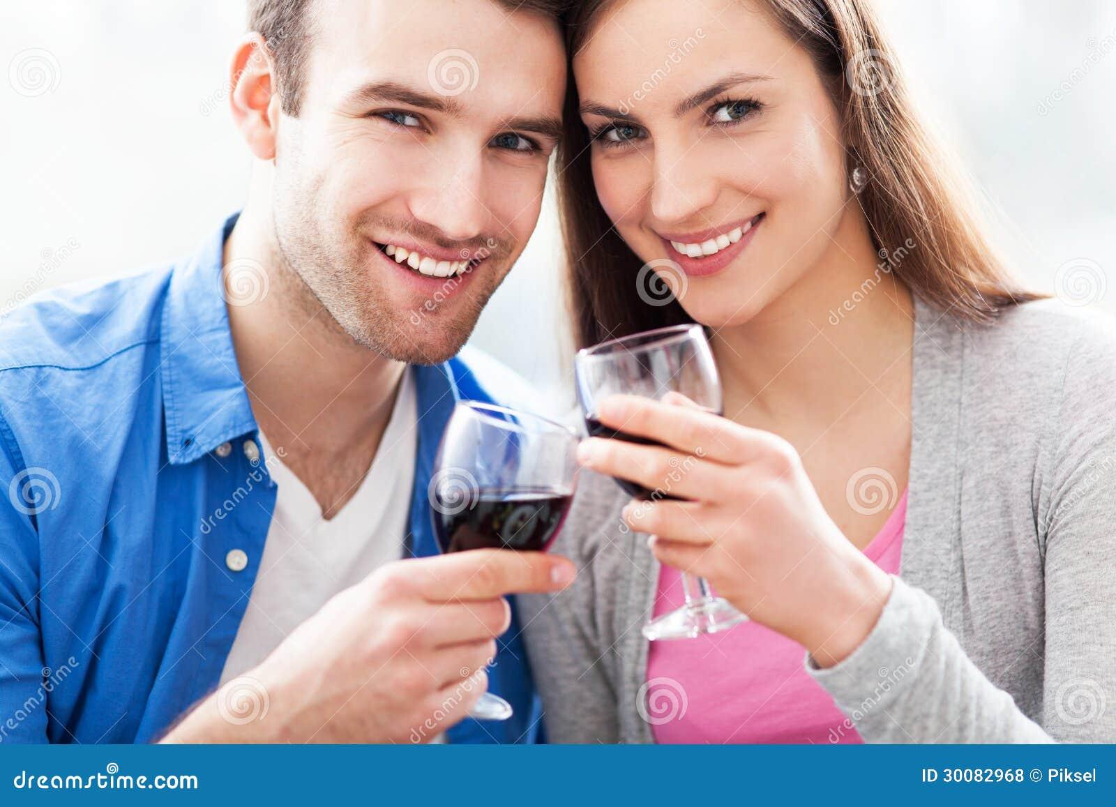 敬酒用红葡萄酒的夫妇