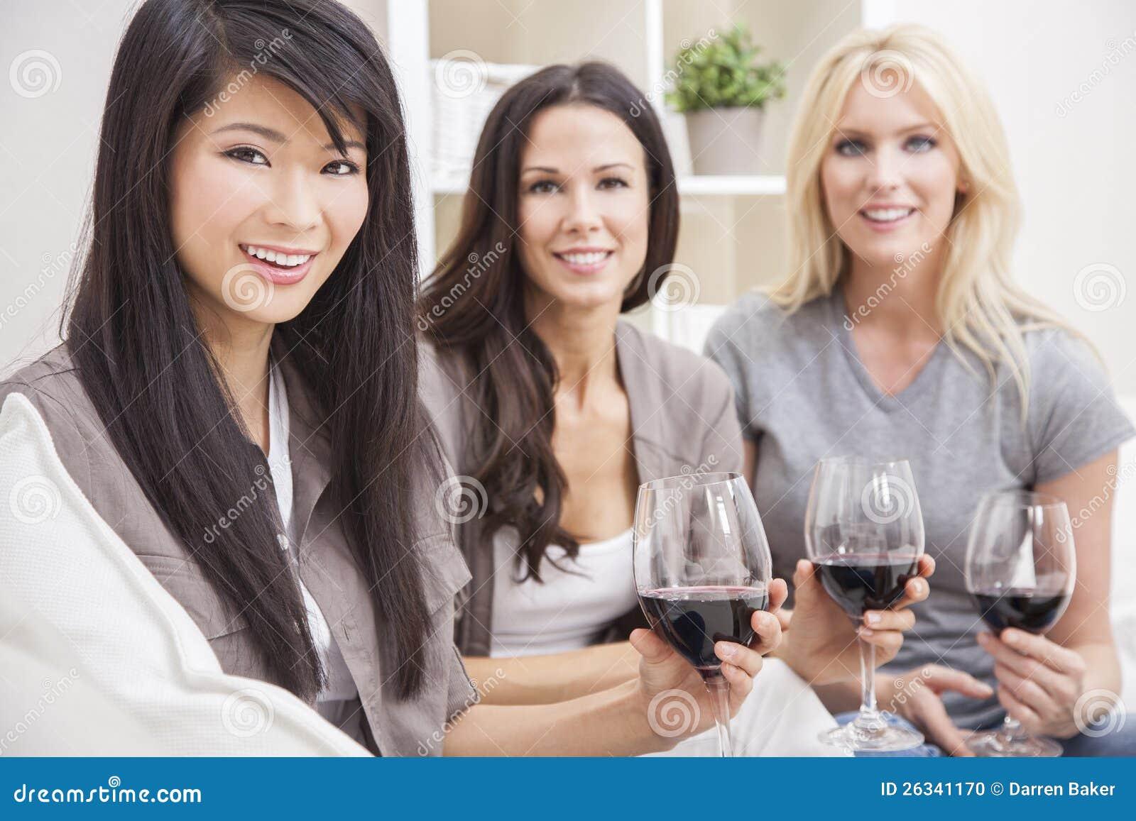 喝酒的人种间组妇女朋友