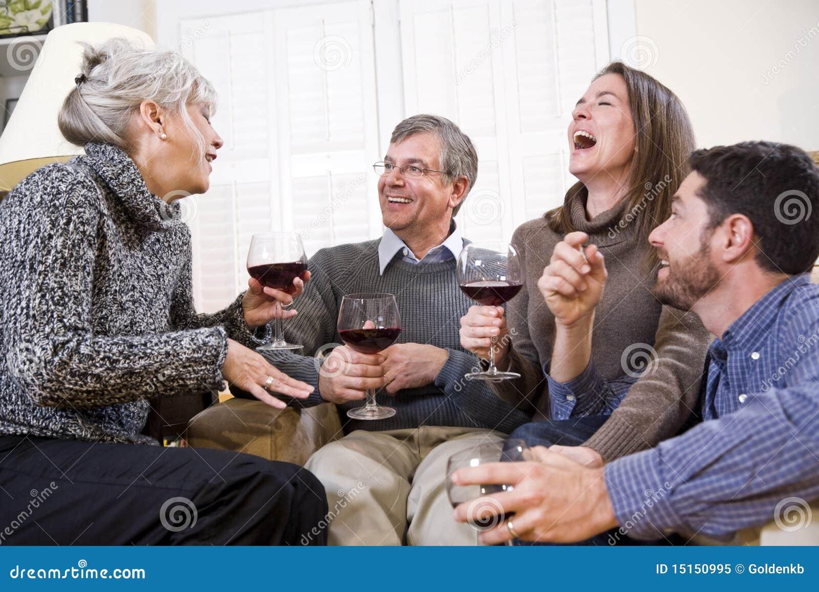 喝高级联系的成人儿童夫妇