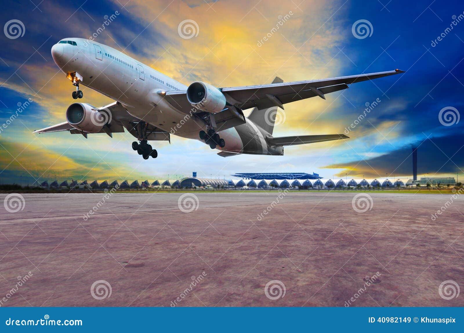 喷气式客机在空气口岸跑道的飞机着陆反对beautifu