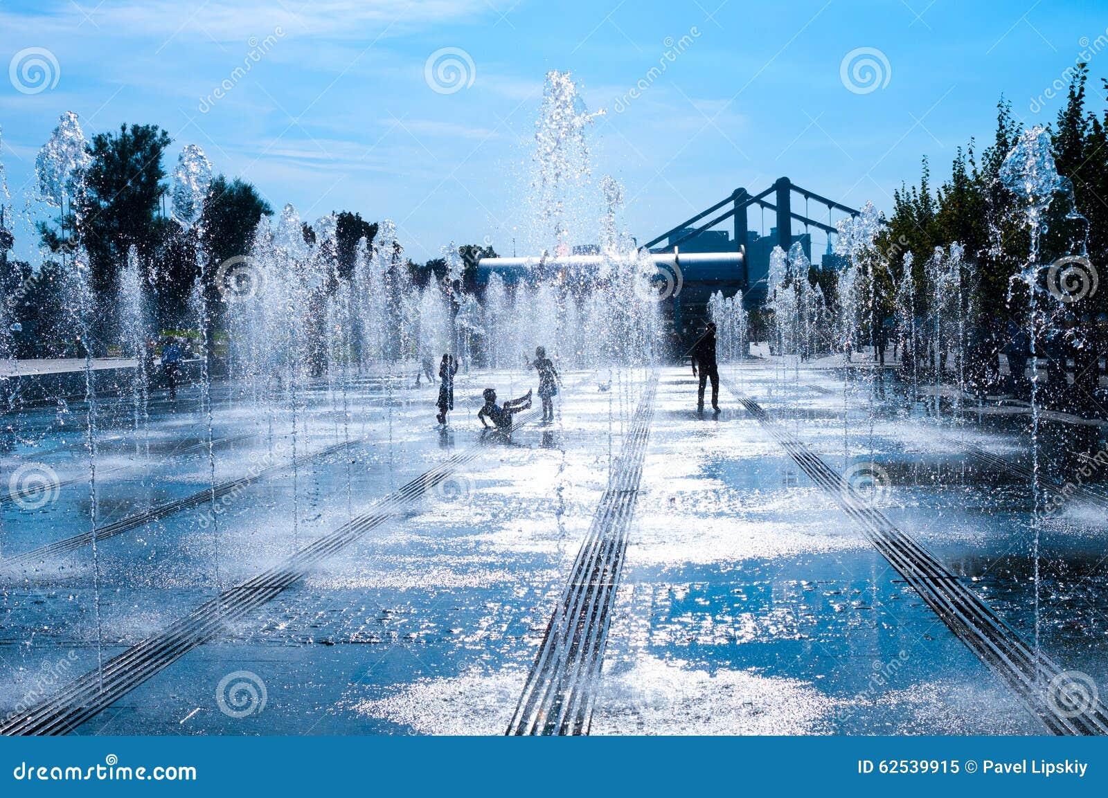 喷泉和儿童剪影胡同