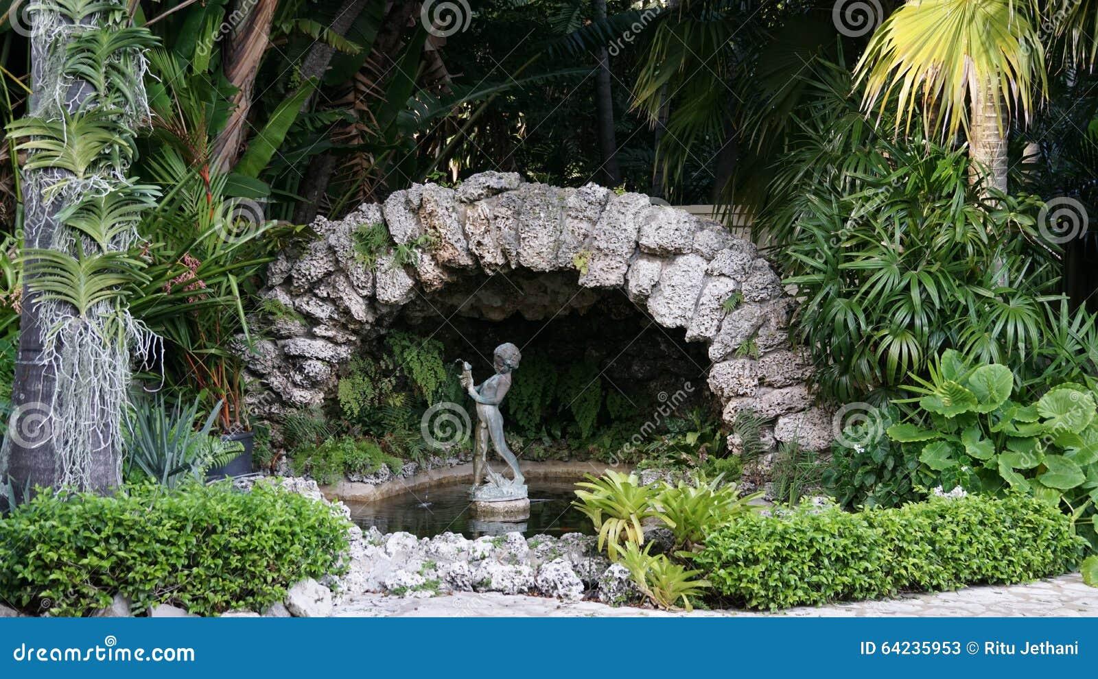 喷泉在安诺顿雕塑庭院,西棕榈海滩,佛罗里达