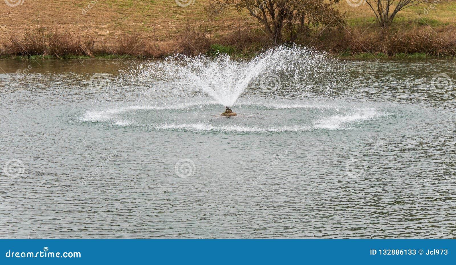 喷泉在池塘的中心