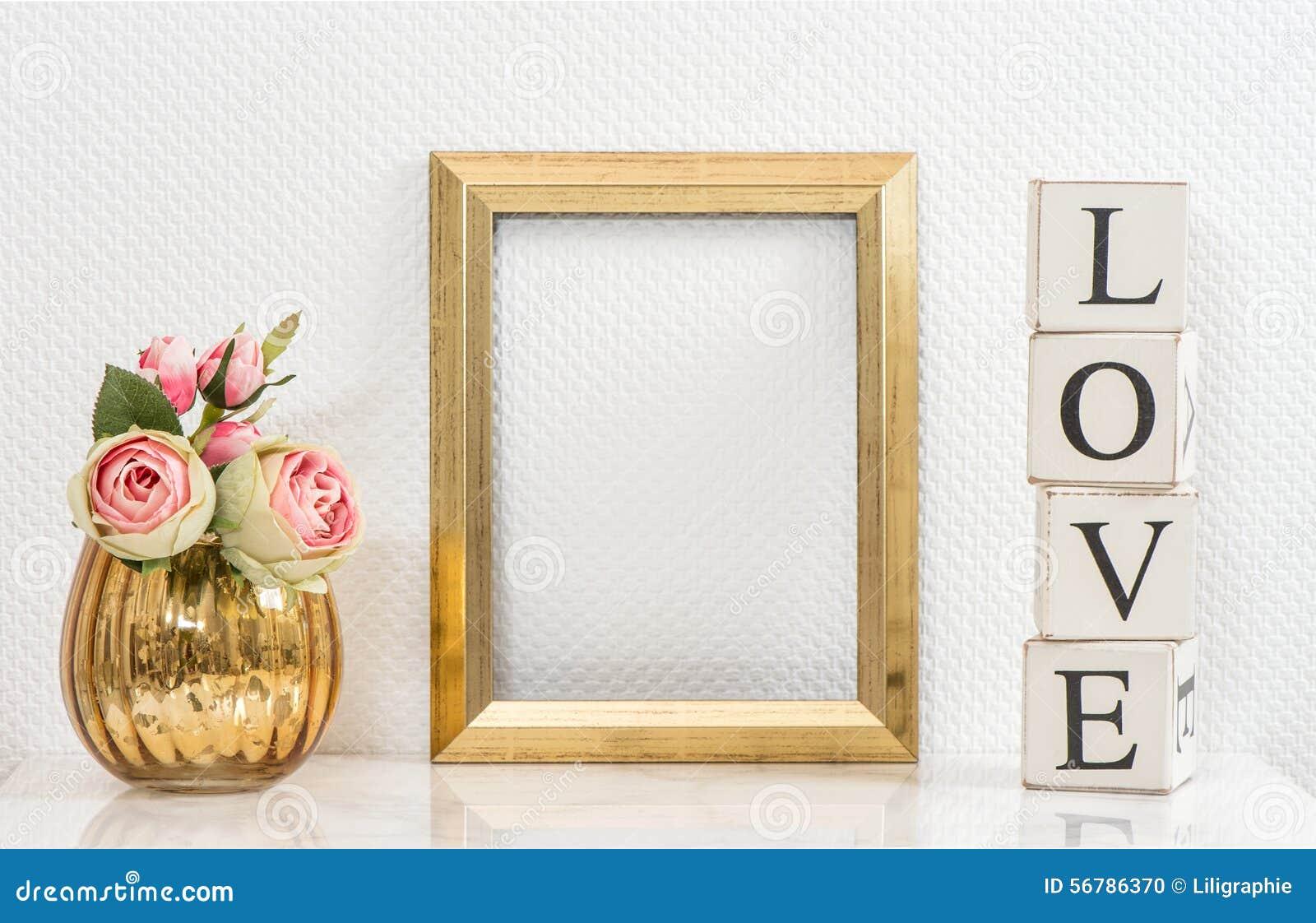 嘲笑与金黄框架和花 概念亲吻妇女的爱人