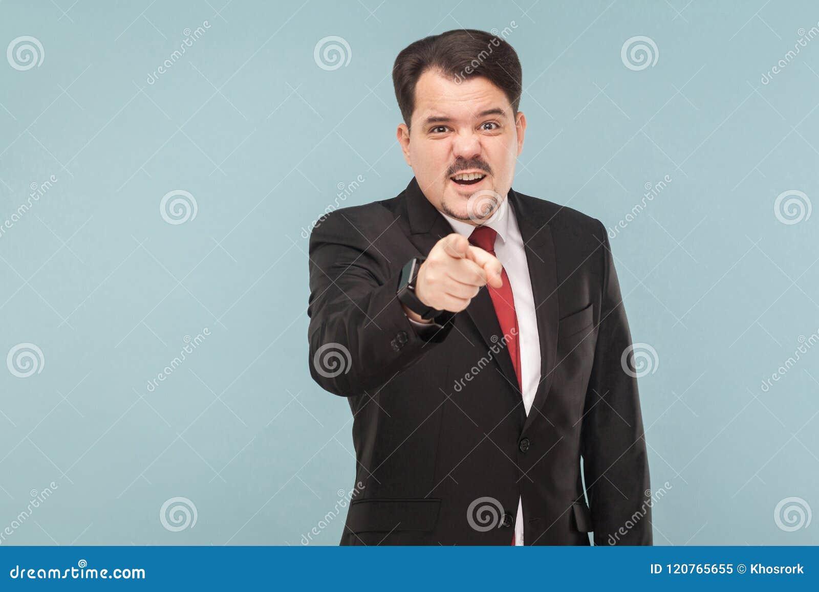 嘿您!衣服的人把手指指向的照相机