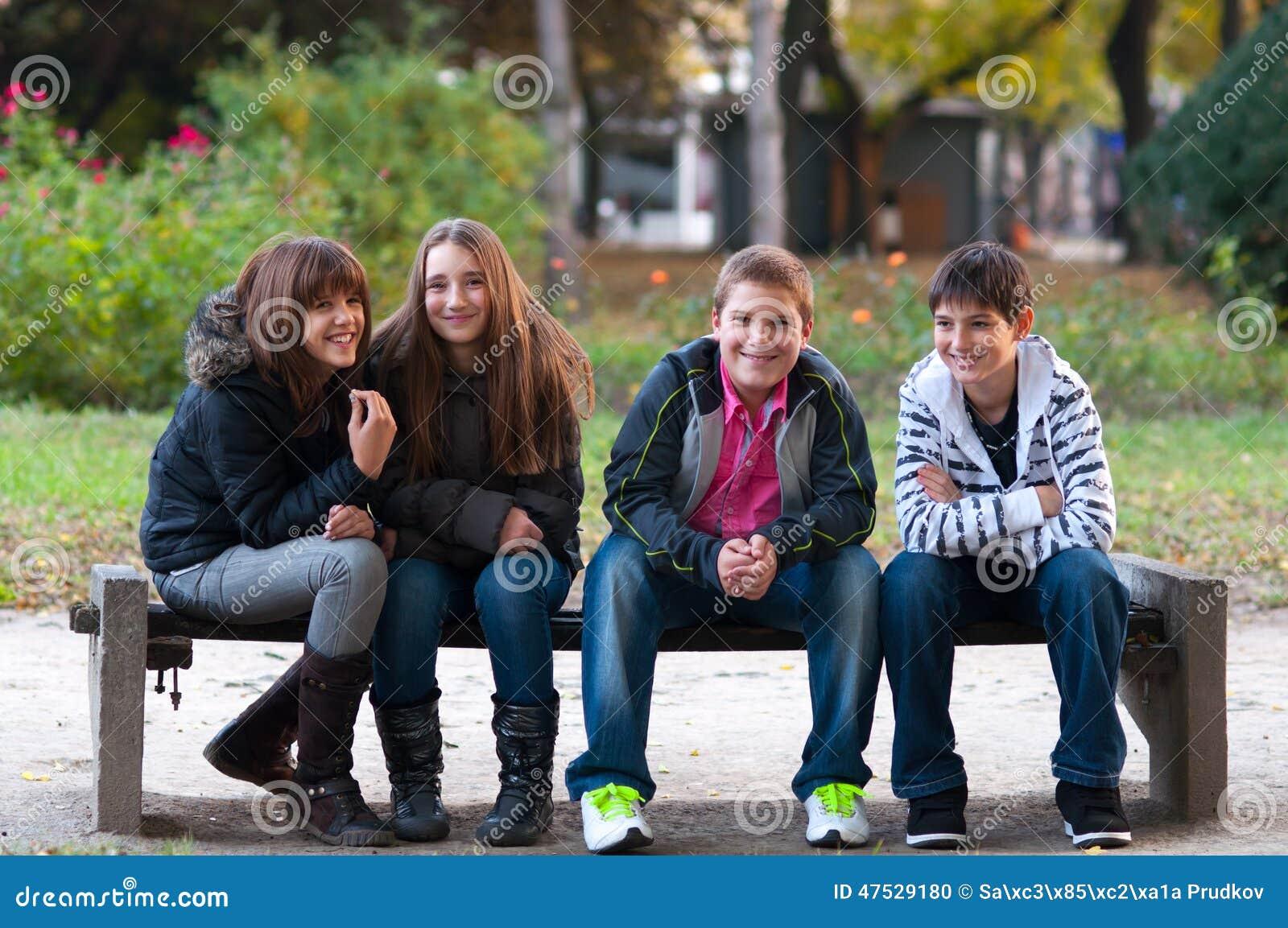 四个少年朋友获得乐趣在公园