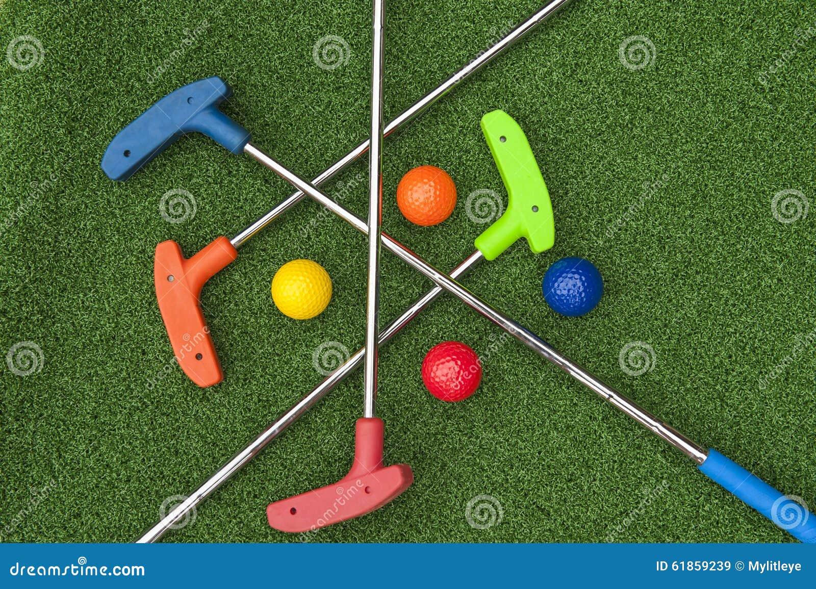 四个微型高尔夫球轻击棒和球
