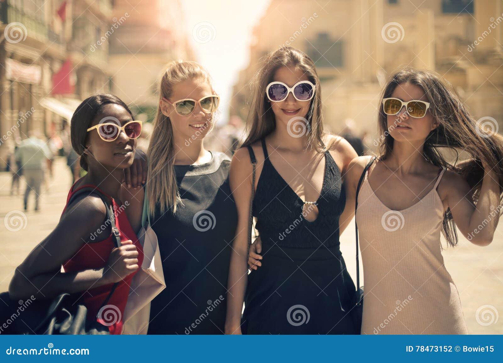 四名妇女ont他街道