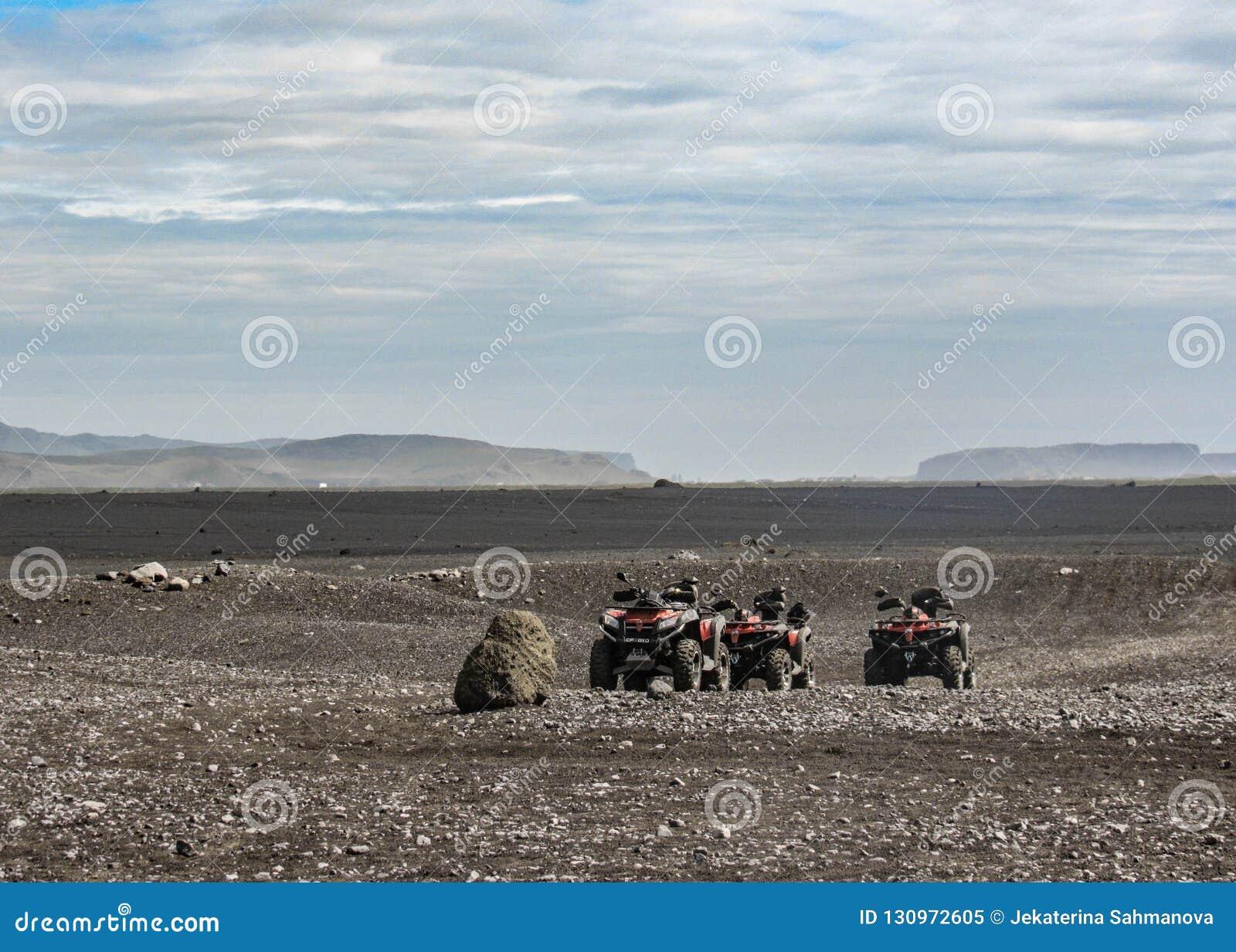 四辆方形字体自行车在Solheimasandur平面击毁地方:黑沙子沙漠风景在南冰岛,欧洲